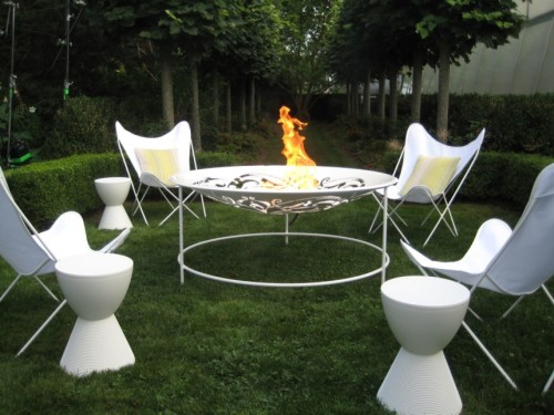 garden-fireplace-like-table-design